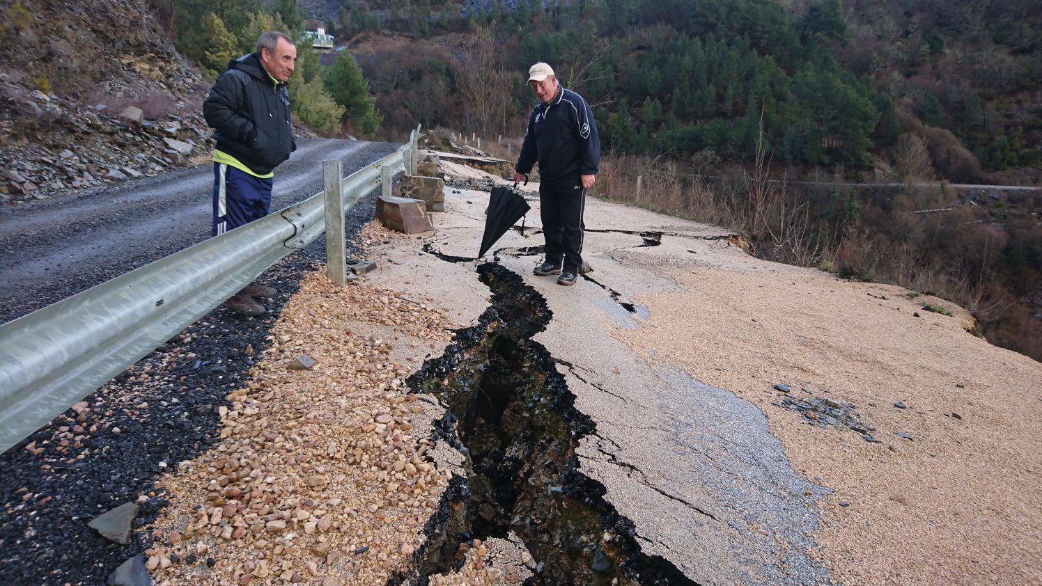 Derrumbe estrada San Vicente vecinos